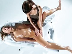 Beautiful Girl Gets A Perfect Pussy Massage With Oil